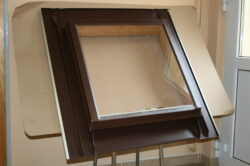 Vylézák hliníkový hnědý tmavý 60 x 60 cm, s polykarbonátem (RAL8028TM)